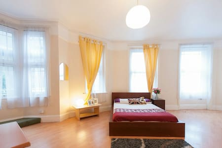 Room next to West Ealing Station - Casa