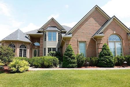 Rochelle Manor: Luxury Living by Detroit Manors - Rochester Hills - Hus
