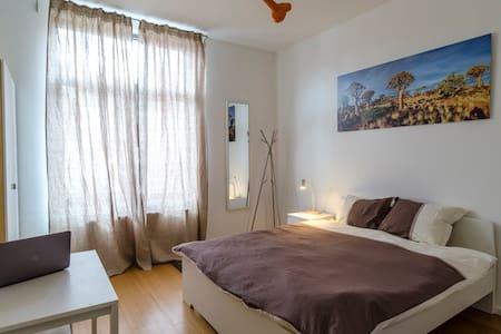 Cosy big bedroom in modern loft in Ixelles Flagey - Rumah