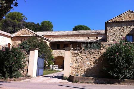 Chambre dans un authentique Mas provençal - Huis