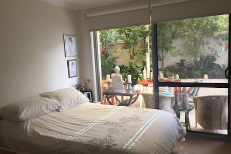 A lovely room with a double bed. - Botany - Bed & Breakfast