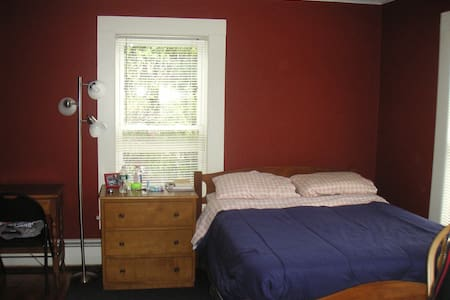 Quiet Room/Home on Former Farmlands - Room #2 - Manchester - House