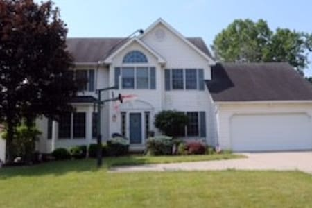Large 4 bedroom home awaiting tenants for the RNC! - Brunswick - Haus