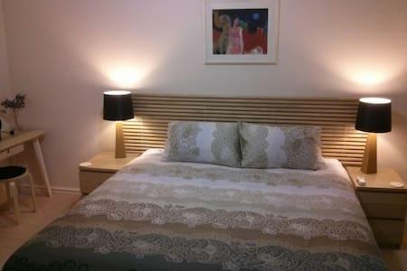 Bedroom, bathroom & private balcony - South Perth - Dom