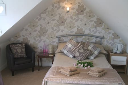 Twin or Double room with shared luxury bathroom - Tillicoultry