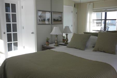 Ocean-view bedroom + own bathroom in cool condo! - Appartamento