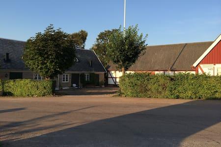 Charmigt hus i skånegård nära golf - Huis