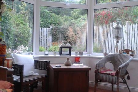 Sunny cottage attic room and beach - Blainroe - Casa