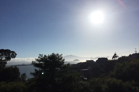 Sunny apt w/ private deck, Bay view - Point Richmond - House