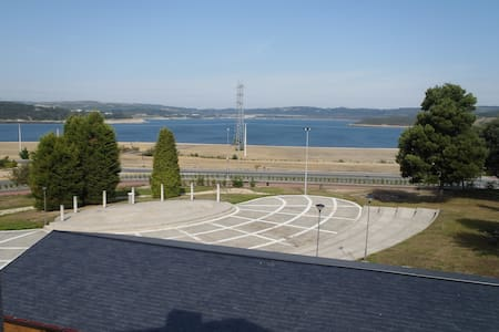 Apartamento 1 hab. con vistas al lago de As Pontes - Pis