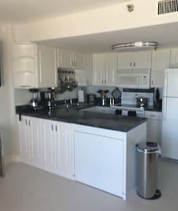 Ocean front condo...brand new furnishings! - Daytona Beach Shores - Társasház