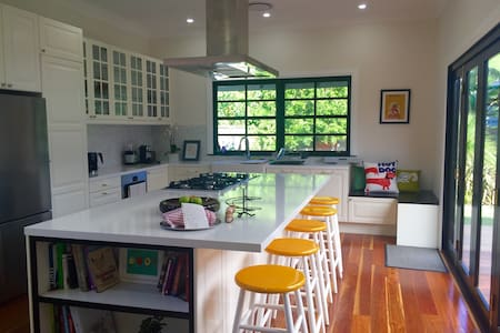 Beautifully Renovated 1920s Cottage - Auburn - House