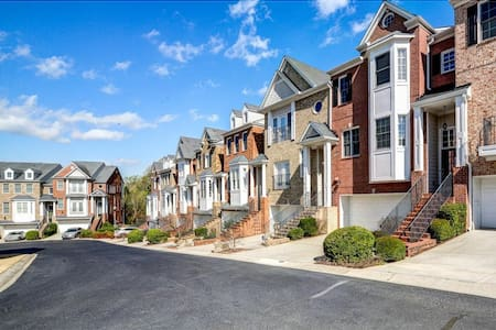 Top Floor Townhome Suite w/ Attached Private Bath - Smyrna