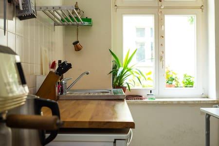 Unique, cosy room with nice Flatmates 30m to Metro - Berlin - Apartment