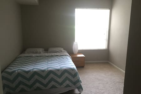 Affordable, clean, modern room in Orlando - Apartment
