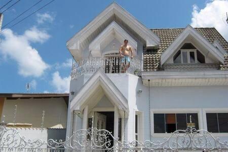 Casarao mobiliado - locação anual - Apartamento