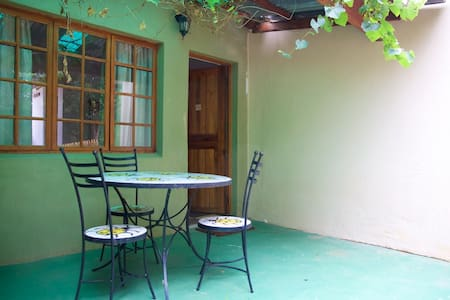 Rooster Apartment 3 R300pppn - Lanseria - Bed & Breakfast