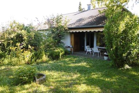 Gemütliches Häuschen mit Garten im Grünen - Müllheim - Huis
