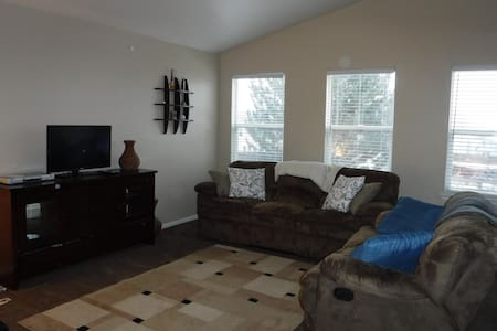 3 Bedroom House Close to Everything - Thornton