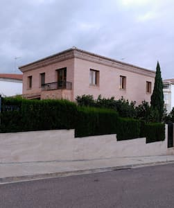 Casa con jardin y piscina - House