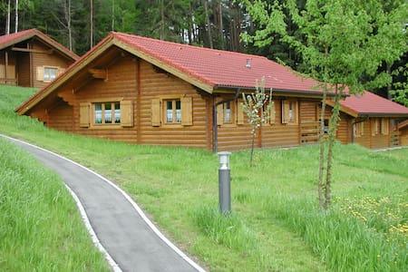 schönes Blockhaus am Waldrand im Naturerlebnispark - Rumah