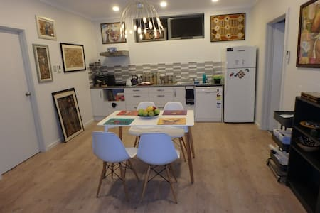 Bright and luxurious new home with parking & Wifi - Oaklands Park - House