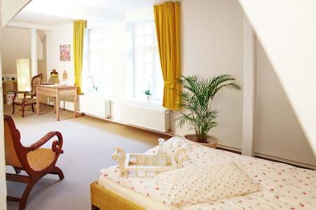 Direkt am See: Wohnung mit Blick ins Grüne - Apartment