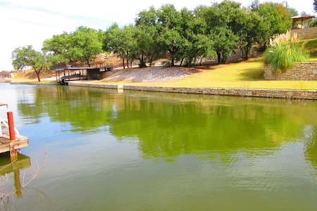 Secluded lake house w/ 2-story boat dock & trees. - Granbury - House