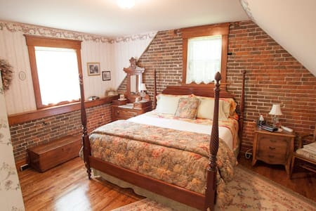 Private Loft Minutes from Downtown - Cedar Rapids