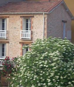 Maison de 1820 en pierres apparentes & son jardin - Haus