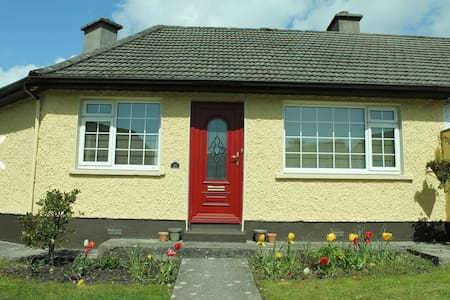Family Home close to city centre - Galway - Hus
