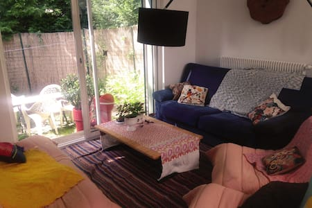 Sweet room in nice house, 15 min from Lille - Radhus