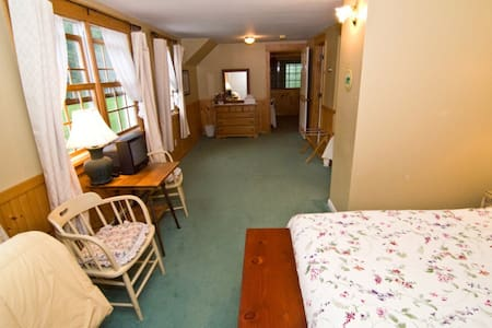 Welch Room - Mountain Fare Inn - Campton