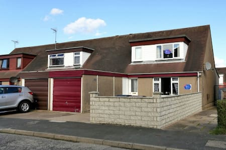 3 bedroom House 6 miles from AECC - House