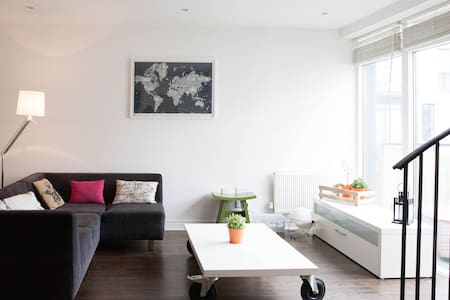 A One bedroom duplex apartment located in Rialto, Dublin 8. This spacious Top floor apartment extends to about 66 sq m and is modernly furnished. Close to Guinness Storehouse with LUAS (Tram) stop to city centre (10 mn) in front of the building.