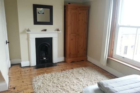 Lovely light double Victorian room - Casa