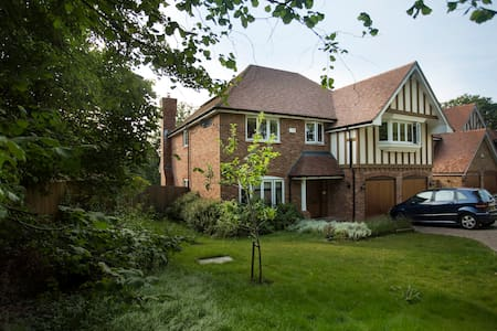 Clean room in a friendly familyhome - Whyteleafe - Bed & Breakfast