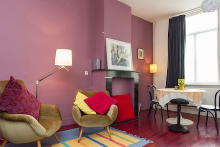 Large, colourful room with 3 beds