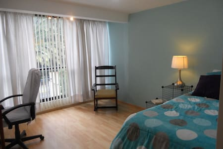 Enjoy this peaceful, completely private upgraded bedroom at my house. Located in one of the best residential neighborhoods in the city, it's a safe, quiet place minutes away from shopping, restaurants & transportation. WiFi/parking/breakfast included