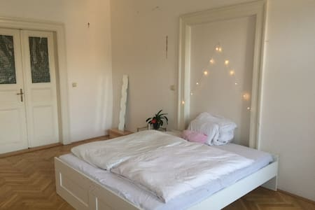 Beautiful, cozy room in the center /w local hosts - Wohnung