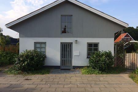Hus på 112 m2. med terrasse. - Haslev - Şehir evi
