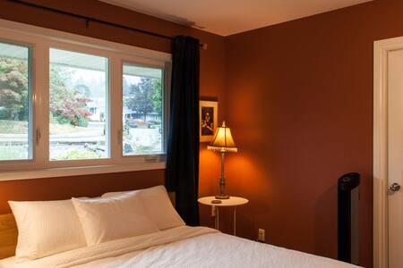 Nice Quiet Bedroom in Family Home
