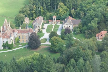 13ha estate with midieval castle, near Beaune,  D - Bed & Breakfast