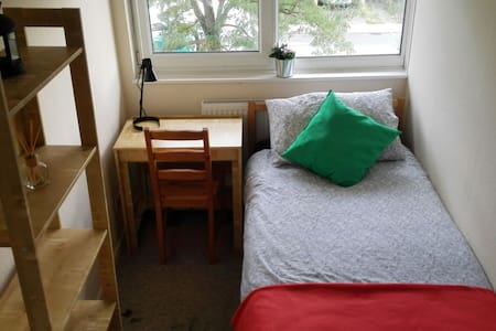 Room 5 mins walk from MK Shopping