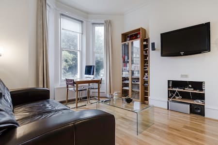 Immaculate, bright double bedroom in a modern high-spec apartment located in the affluent West Hampstead area.  Perfect for a work visitor or traveler looking for a clean, functional place to relax with a modern finish.
