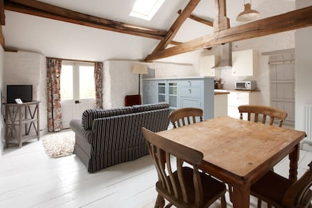 Beautiful Listed Hayloft Conversion - Apartment