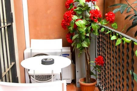 NICE DORMITORY ROOM WITH A/C AND LOCKERS IN THE VERY CENTER OF BARCELONA  GREAT LOCATION - 1  STOP PLAZA CATALUNYA COOL ATHMOSPHERE & OUTSIDE TERRACE IN THE HEART OF BARCELONA CITY CENTER   PRICE IS FOR 1 BED FOR 1 PERSON UP TO 4 MIXT PERSONS