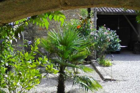 Maison en pierres sur jardin clos - Colonzelle - House