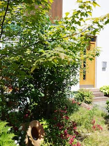 Separate Galeriewohnung im Holzhaus - Pis