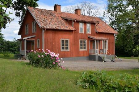 Större lägenhet på gammal prästgård - Apartament